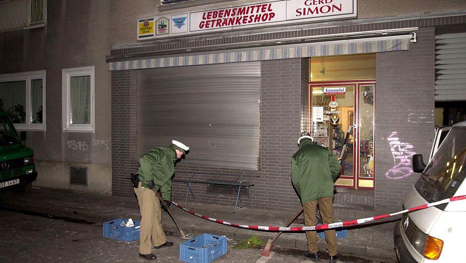 Tatort Probsteigasse (Januar 2001): Verschlossener Rollladen hielt Splitter auf