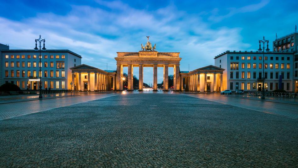 Der menschenleere Pariser Platz in Berlin
