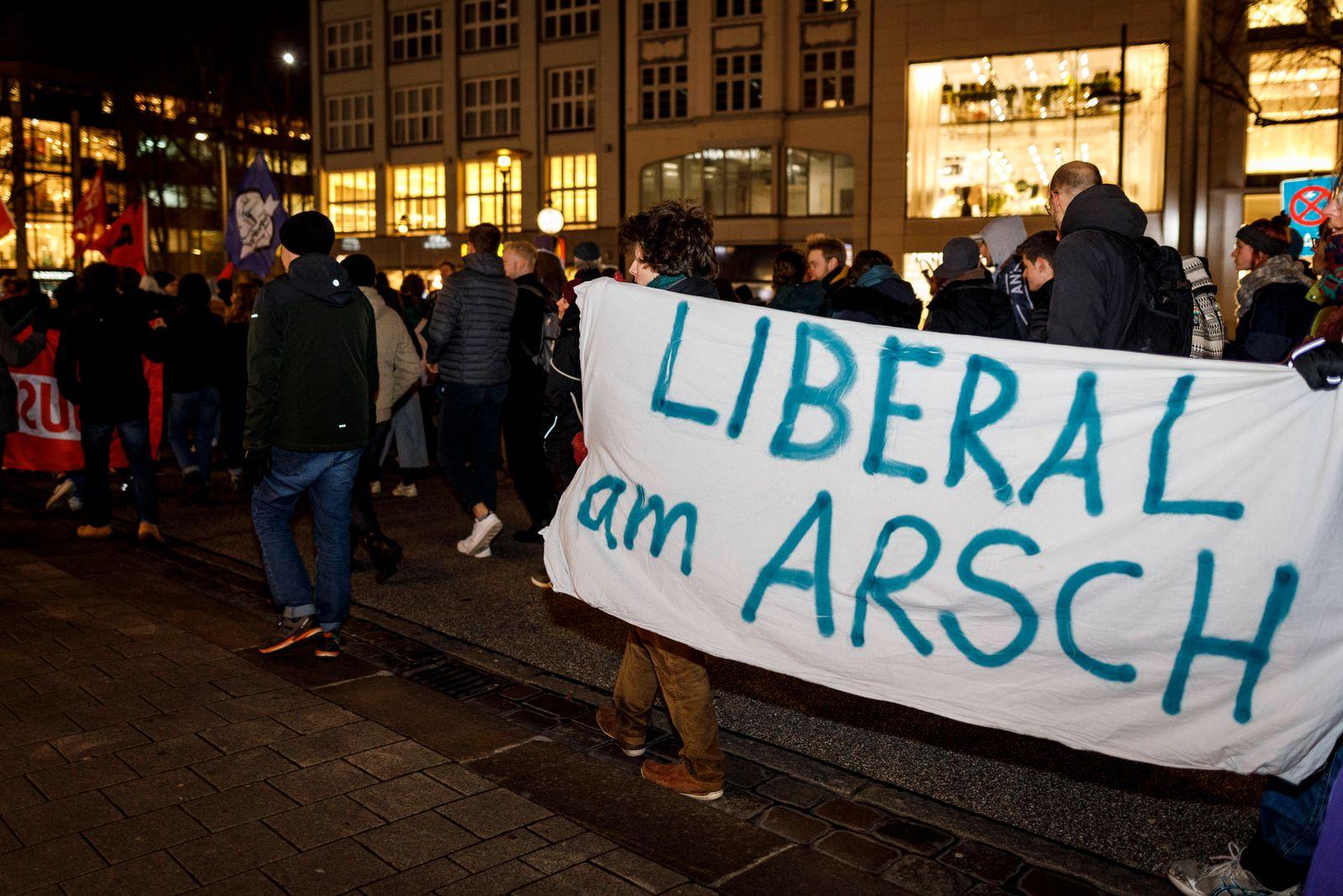 News Bilder des Tages Demonstration in Hamburg: Gegen die Zusammenarbeit von CDU & FDP mit der AfD Nach der Wahl von FDP
