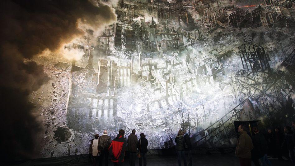 Panoramabild der zerstörten Stadt im Dresdner Gasometer: Wie Sodom und Gomorrha