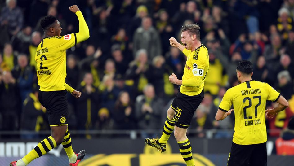Dan-Axel Zagadou, Lukas Piszczek und Emre Can (von links) feiern den Dortmunder Heimsieg gegen Frankfurt