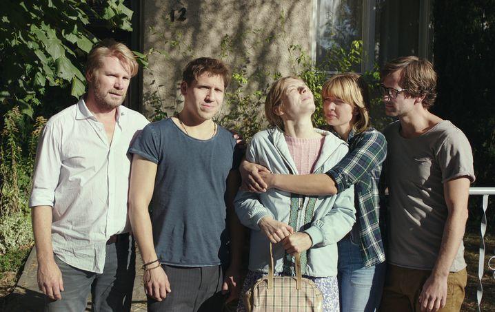 """Von links: Kai Scheve, Hanno Koffler, Lilith Stangenberg, Jördis Triebel und Florian Stetter in """"Idioten der Familie"""""""