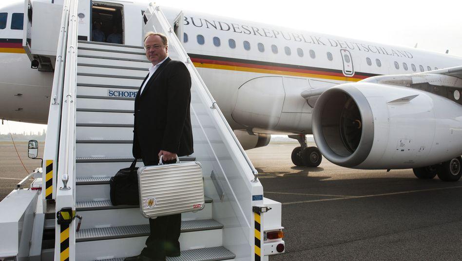 Dirk Niebel: Der Entwicklungsminister besteigt ein Flugzeug im Oktober 2010