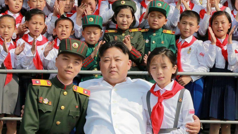 Kim Jong Un mit Schulkindern