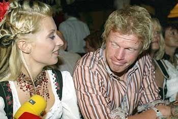 Promi-Paar: Bayern-Keeper Kahn (r.) mit Freundin auf dem Oktoberfest
