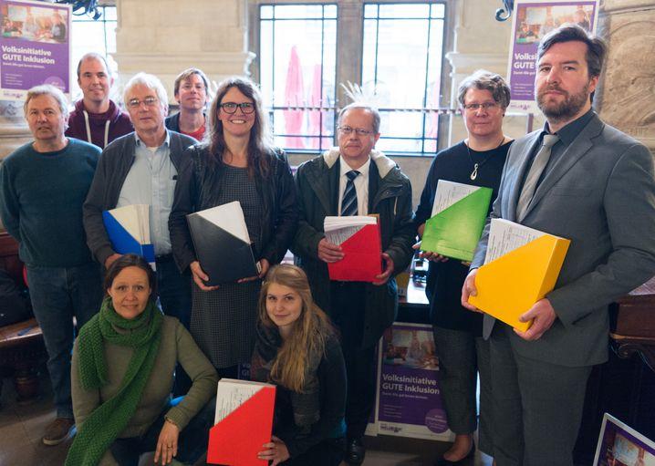 """Die Volksinitiative """"Gute Inklusion"""" im Rathaus Hamburg mit Unterschriften"""
