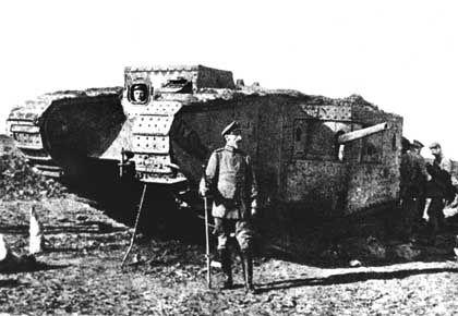 Deutscher Soldat vor erbeutetem britischen Panzer, 1917: Fotos als Teil des Propaganda-Arsenals
