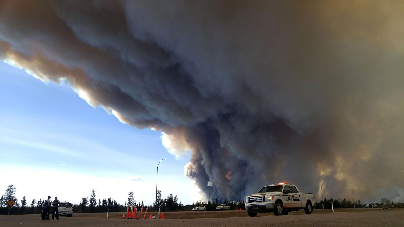 TOPSHOT-CANADA-FIRE-FORESTS-OIL-EVACUATION-emergency