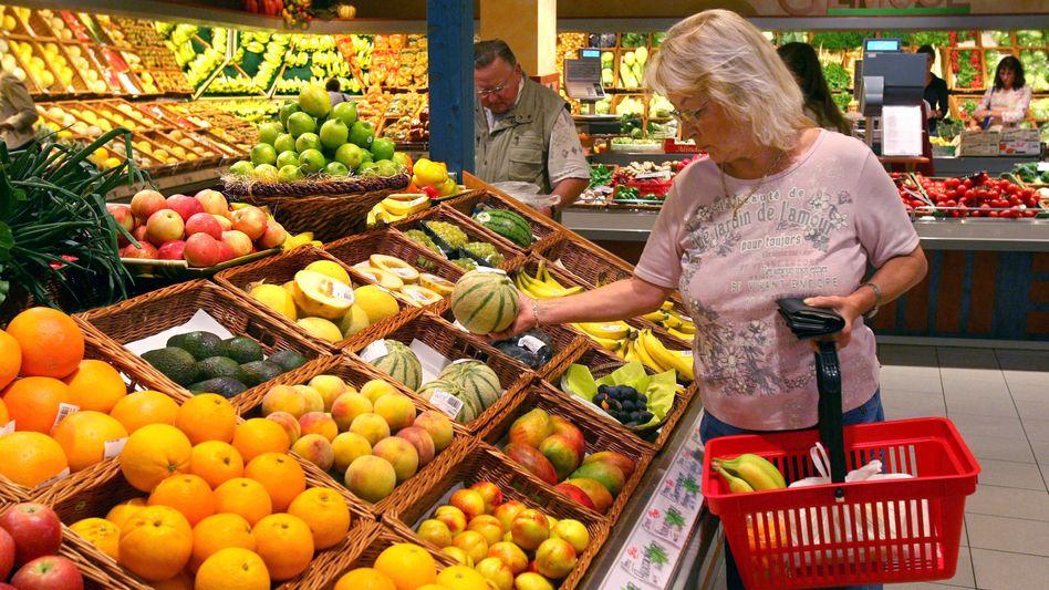 Obsttheke in einem Supermarkt (Archivbild): Der Anteil von Obst und Gemüse an den Ausgaben für Lebensmittel steigt