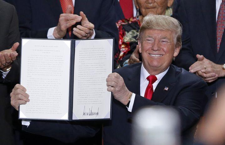 Präsident Donald Trump mit dem unterzeichneten Dekret