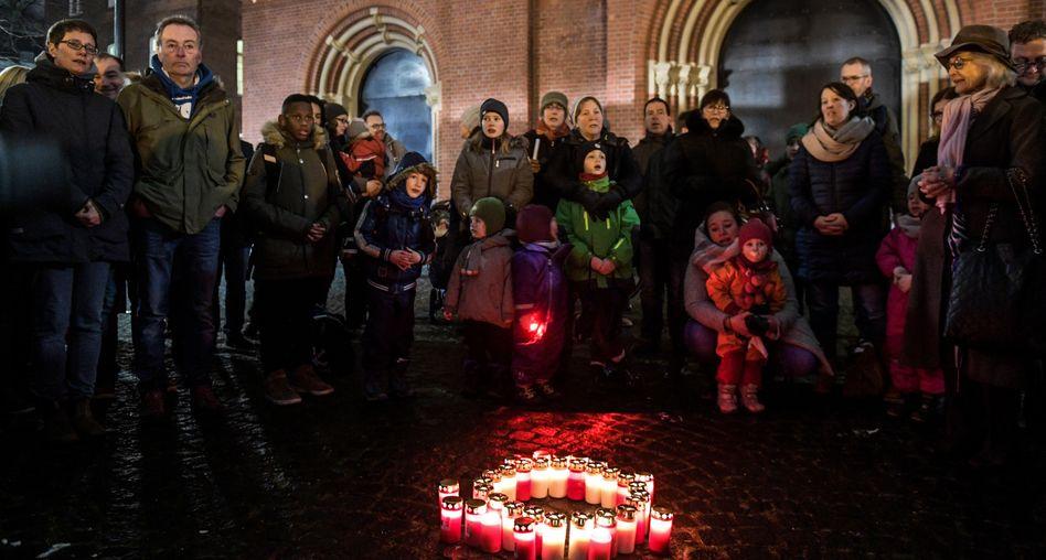 Eltern und Kinder demonstrieren in Hamburg gegen die Schulschließungen