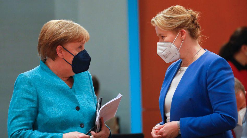 Kanzlerin Merkel mit Franziska Giffey vor der Kabinettssitzung am Mittwoch