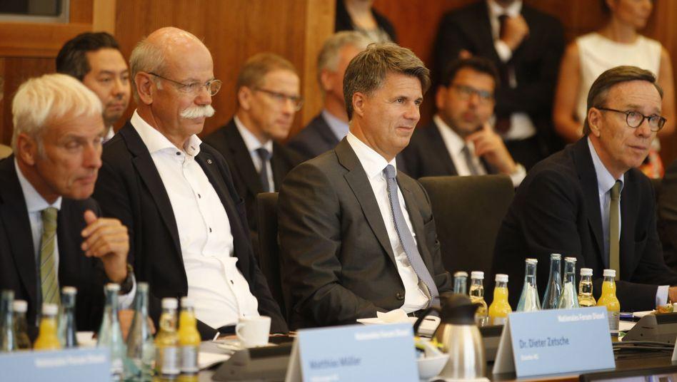 Daimler-Chef Dieter Zetsche, BMW-Chef Harald Krüger und VDA-Präsident Matthias Wissmann (v.l.n.r.) beim Dieselgipfel am 02.08.2017