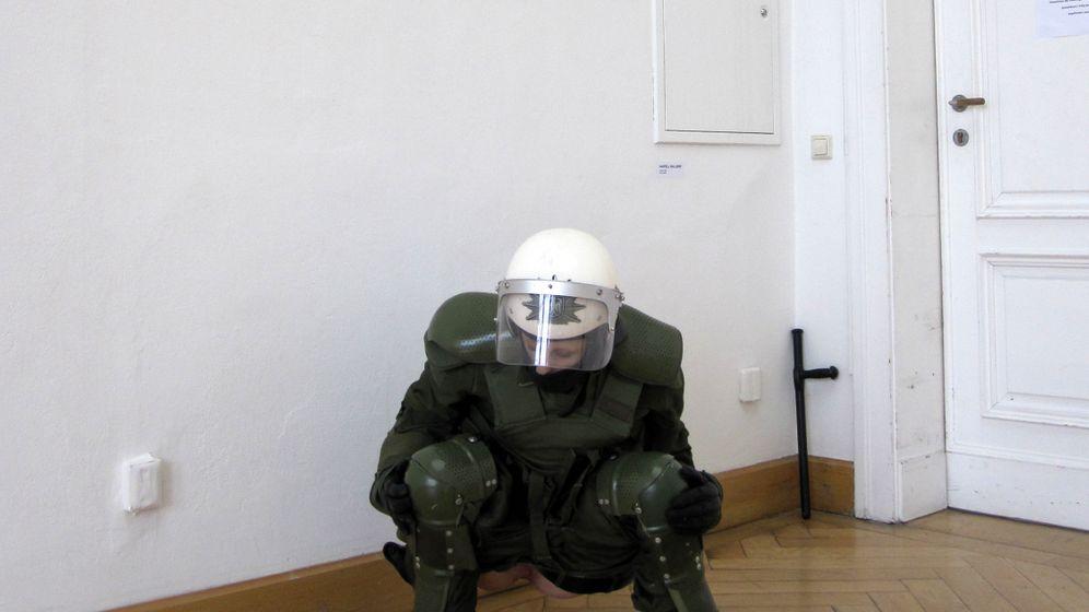 Pinkel-Petra: Polizistin mit runtergelassener Kampfhose