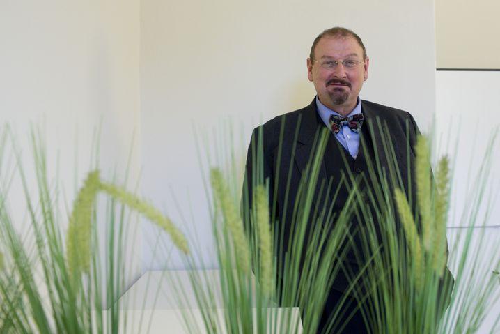 Andreas Hensel beobachtet Lieferketten