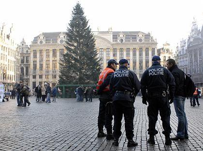 Polizisten auf dem Weihnachtsmarkt in Brüssel: Feuerwerk wegen Terrorgefahr abgesagt.