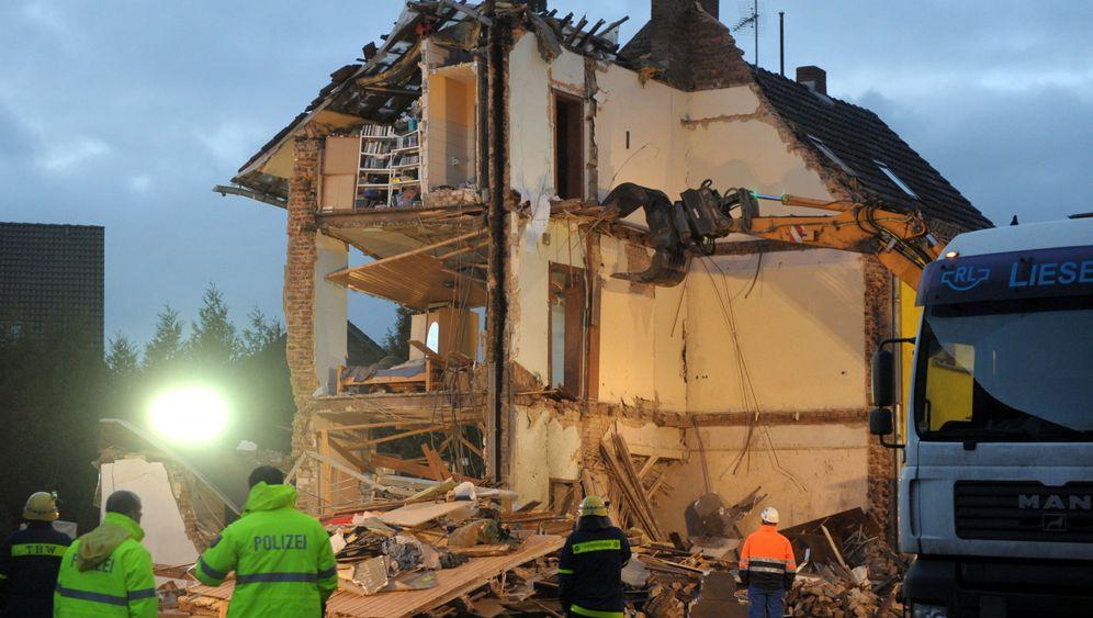 Explosion in Brühl: Suche in den Trümmern