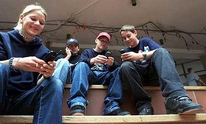 Jugendliche mit Handys: Sprachmix mit Regeln und Strukturen