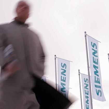 Mann auf dem Weg zur Siemens-Hauptversammlung (im Januar): AUB-Chef Schelsky trat inzwischen zurück