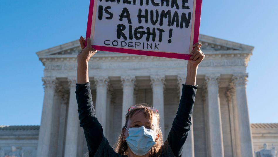 Demonstrantin vor dem Supreme Court in Washington D.C.