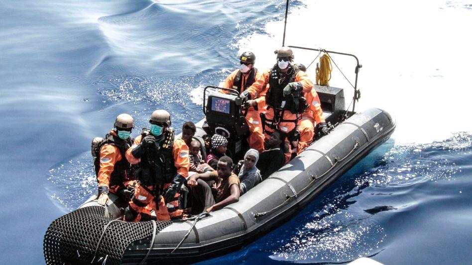 """Marinesoldaten mit geretteten Flüchtlingen im Mittelmeer: Magere Bilanz für """"Sophia"""""""