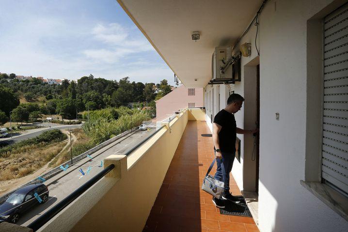 360 Euro Monatsmiete: Tiago Loureiro im Eingangsbereich seiner Wohnung