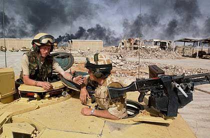 Britische Soldaten auf dem Weg zum Häuserkampf in Basra