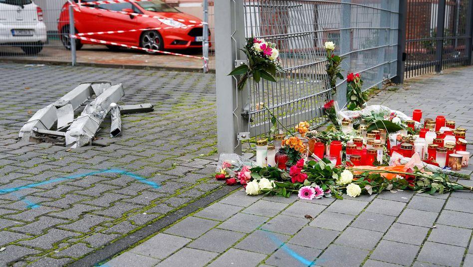 Der Tatort in Limburg: Blumen und Kerzen erinnern an die Getötete (Archivbild)