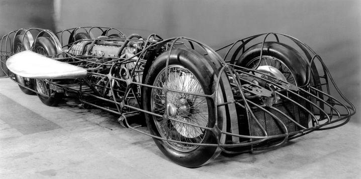 Historisches Foto von Fahrgestell mit montiertem Flugmotor