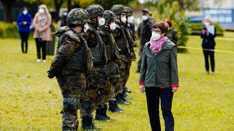 Verteidigungsministerin bei einem Besuch der sogenannten Heimatschutz-Truppe in Bruchsal im Mai 2021