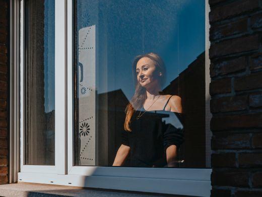 Gülpen, 50, in ihrer Wohnung in Heinsberg, Nordrhein-Westfalen. Die Region ist besonders stark von Corona betroffen.