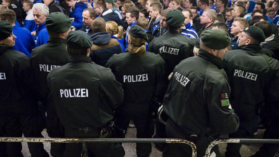 Polizei beim Revierderby in Dortmund: Gewerkschaft gegen Pläne des Ministers