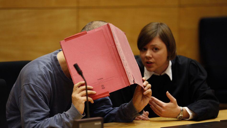 Angeklagter mit Anwältin (Archiv): Lebenslang für Mord an Dano