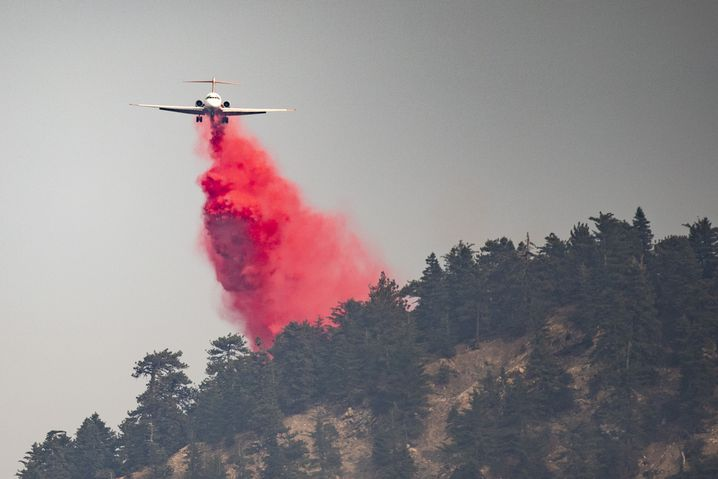 Löschflugzeug über dem Angeles National Forest in Kalifornien