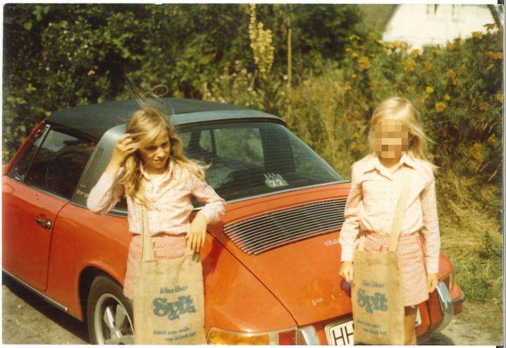 Zwillinge Bettina (l.) und Regine Röhl im Alter von neun Jahren um 1972