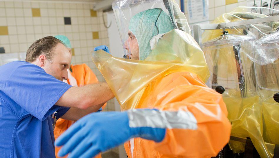 Mit Masken und Spezialanzügen schützten sich Pflegekräfte des Frankfurter Uniklinikums während einer Simulationsübung im Jahr 2014
