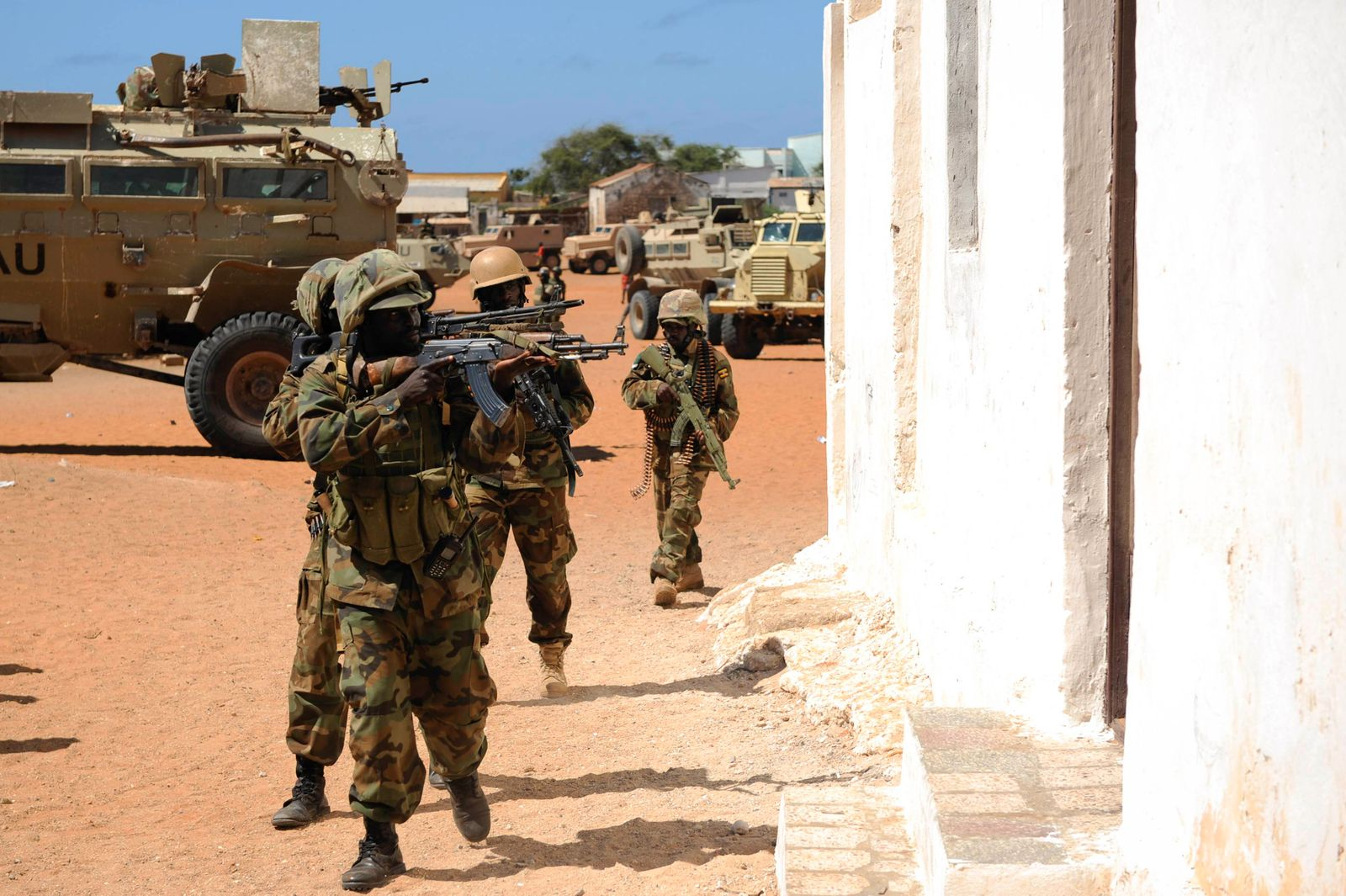 Members of the Ugandan Special Forces belonging to the African Union Mission in Somalia (AMISOM), take part in an operation to clear a building in the town of Barawe