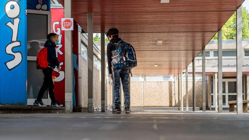 Schüler mit Maske an einer Realschule in Benzenberg (NRW)