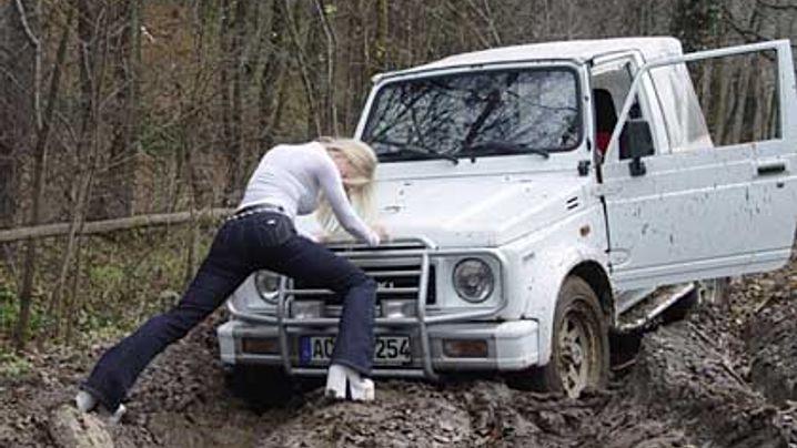 Carstuckgirls: Mädchen, Schlamm, vergrabene Autos