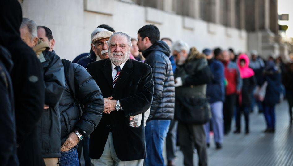 Schlangen vor einer Bank in Buenos Aires: Düstere Erinnerung an frühere Krisen