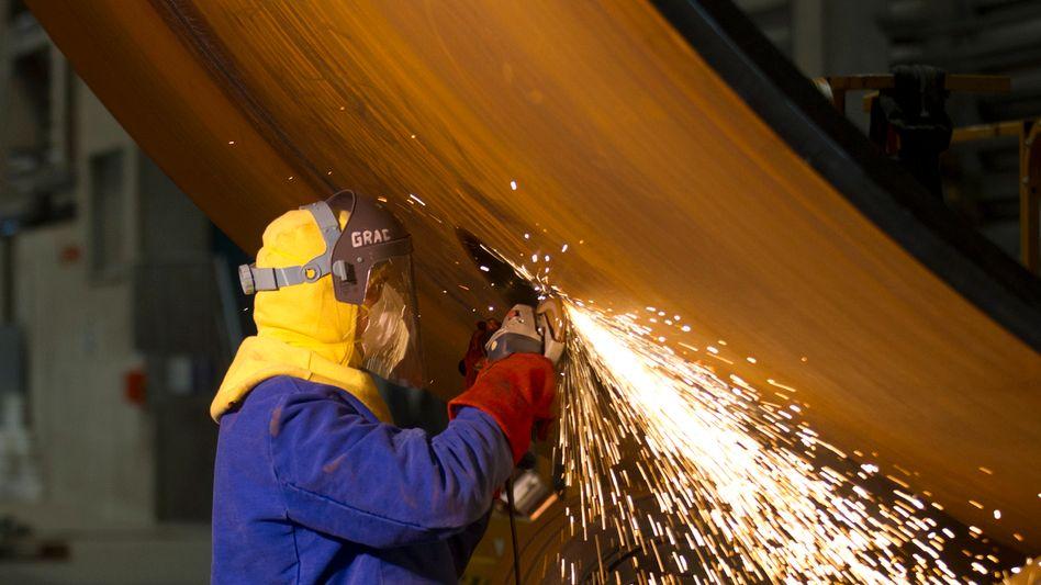 Schweißer in Cuxhaven: EU will mehr in Fabriken und Forschung investieren