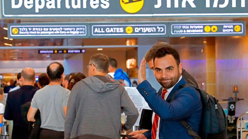 """Omar Shakir kurz vor seiner Ausreise am Ben-Gurion-Flughafen: HRW """"mundtot"""" machen"""