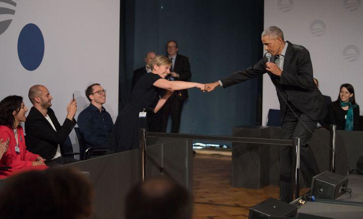 """""""Fist Bump"""" von Bayerns Grünen-Fraktionschefin Schulze mit Obama"""