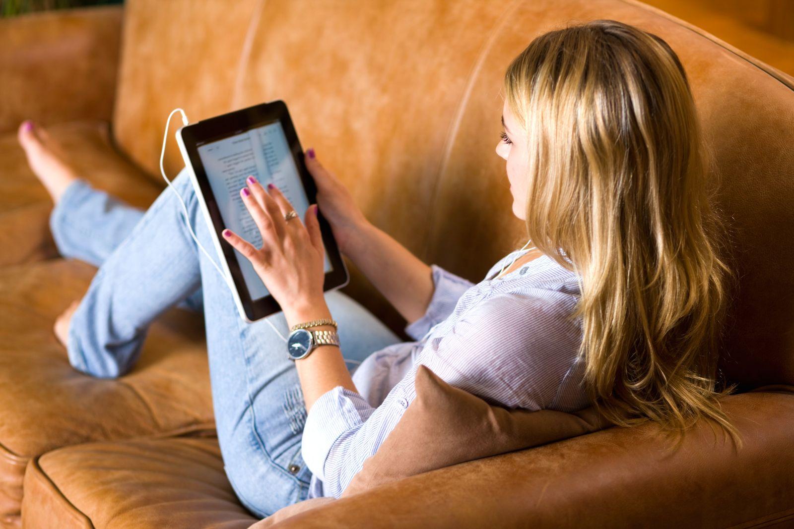 NICHT MEHR VERWENDEN! - Symbolbild Tablet Sofa