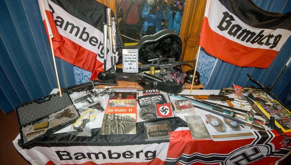 Waffen und verbotenes Propagandamaterial in Bamberg