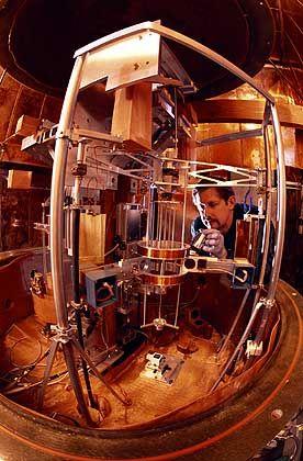 Watt-Waage im NIST-Labor: Kilogramm aus Naturkonstante ableiten
