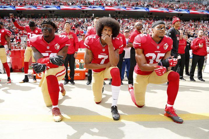 Colin Kaepernick inspirierte mit seiner kritischen Geste andere Mitspieler, gegen systemischen Rassismus zu protestieren