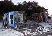 Der mit Steinen beladene Lastwagen liegt nach dem Unglück seitlich auf der Autobahn A1