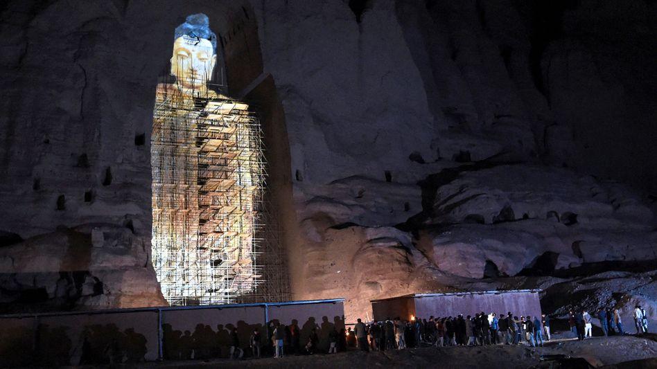 Dort, wo einmal die größten Buddhastatuen der Welt standen, gab es seit der Sprengung durch die Taliban nur noch ein Loch – oder eine Projektion des Monuments, wie hier im März 2021