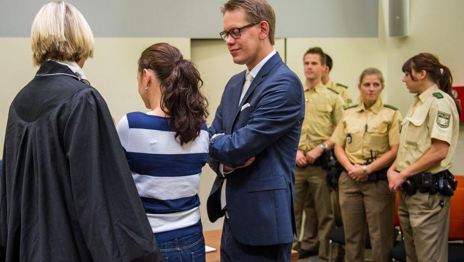 Angeklagte Zschäpe (Mitte) mit Verteidigern: Schweigen vor Gericht